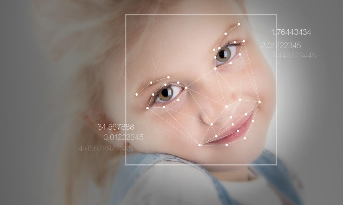 每每看到日本机器人展上越来越仿真的机器人,我们对于机械女仆(误)的幻想就会被重新调动起来。可是你有没有想过,一个真正可以和你互动的机器人,除了具备灵活协调的四肢,流利精准的语言系统之外,还欠缺什么?——没错,是情感识别。如何正确识别对方的情感并作出合理的回应,这项在人类交流中习以为常的事情,对人工智能来说却是非常困难的。 不过近年来大数据领域的快速发展让人工智能的情感识别领域看到了希望。阅面科技创始人兼CEO赵京雷是交通大学机器学习和语言理解专业的博士生。他一直致力于数据挖掘、搜