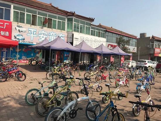 自行车小镇大街上等待售卖的自行车。@AI财经社